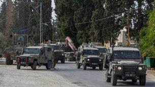 جنود إسرائيليون خلال مداهمة في قرية الشويكة بالقرب من مدينة طولكرم بالضفة الغربية، 20 أكتوبر، 2018.   (Nasser Ishtayeh/Flash90)