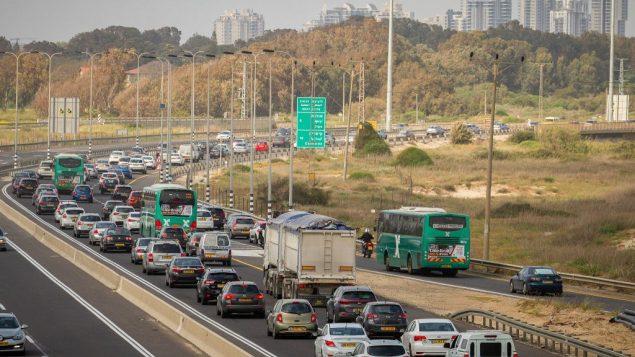 سيارات عالقة بأزمة سير في الطريق 2 عشية عيد الفصح العبري، 19 ابريل 2018 (Meir Vaknin/Flash90)