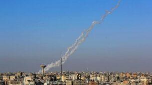 الدخان يتصاعد بعد إطلاق صواريخ من رفع في جنوب قطاع غزة باتجاه إسرائيل في 4 مايو، 2019. (Abed Rahim Khatib/Flash90)