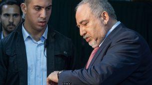 رئيس حزب 'يسرائيل بيتينو' أفيغدور ليبرمان خلال جلسة لحزبه في نفيه إيلان، غربي القدس، 22 سبتمبر 2019 (Noam Revkin Fenton/Flash90)