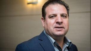 زعيم القائمة المشتركة عضو الكنيست أيمن عودة يصل لحضور اجتماع مع أعضاء الحزب في الكنيست، 22 سبتمبر 2019. (Yonatan Sindel / Flash90)