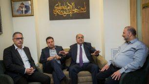 قادة 'القائمة المشتركة'، أيمن عودة (الثاني من اليسار)، أحمد الطيبي (الثاني من اليمين)، امطانس شحادة (يسار) ومنصور عباس خلال اجتماع في الكنيست في 22 سبتمبر، 2019، قبيل اجتماعهم برئيس الدولة رؤوفين ريفلين بشأن المرشح الذين سيوصون به رئيسا للحكومة.  (Yonatan Sindel/Flash90)