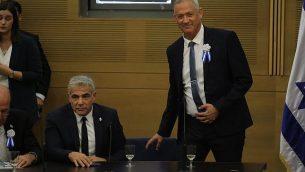 قائدي حزب 'أزرق أبيض' بيني غانتس ويائير لابيد في اجتماع لحزب قبيل مراسم افتتاح الكنيست ال22، 3 أكتوبر، 2019. (Hadas Parush/Flash90)