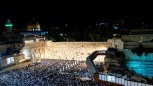 الآلاف يحضرون صلوات التوبة في عند حائط المبكى في البلدة القديمة في القدس، 8 اكتوبر 2019 (Yonatan Sindel/Flash90)