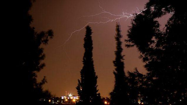 توضيحية: البرق يضيء سماء القدس، 14 أكتوبر، 2019. (Yossi Zamir/Flash90)