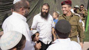 اللواء نداف بادان، قائد القيادة المركزية للجيش الإسرائيلي، في مظاهرة لسكان يتسهار لدعم الجنود عند مدخل لواء السامرة، 20 أكتوبر 2019 ، في أعقاب الاعتداء على جنود في مستوطنة يتسهار أثناء الليل. (Sraya Diamant/Flash90)