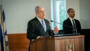 رئيس الوزراء بنيامين نتنياهو في مراسم جنازة رئيس المحكمة العليا الأسبق مئير شمغار في المحكمة العليا بالقدس، 22 أكتوبر، 2019.  (Hadas Parush/Flash90)