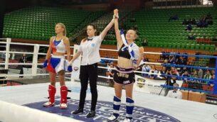 يوليا ساتشكوف (يسار) تحتفل بعد فوزنها بميدالية بطولة العالم في الكيك بوكسينغ في سراييفو، البوسنة، 26 أكتوبر، 2019.  (Ayelet Federation on Non-Olympic Sport in Israel)