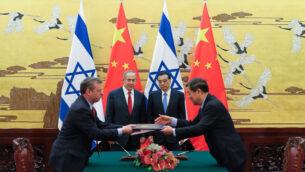 رئيس الوزراء الصيني لي كه كيانغ (الثاني من اليمين) ورئيس الوزراء الإسرائيلي بينيامين نتيناهو (الثاني من اليسار) يحضران مراسم التوقيع على اتفاق في قاعة الشعب الكبرى في بكين، 20 مارس، 2017.  (AFP PHOTO / Lintao Zhang)