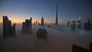 شروق الشمس فوق مدينة دبي، مع برج دبي، اطول مبنى في العالم، في الخلفية (AP Photo/Kamran Jebreili)