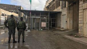 توضيحية: عنصران من شرطة حرس الحدود يقفان عن حاجز بالقرب من الحرم الإبراهيمي في مدينة الخليل، 19 يناير، 2018.  (Border Police)