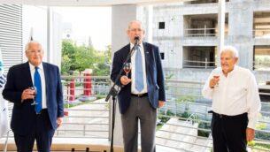 (من اليسار إلى اليمين) السفير الأمريكي لدى إسرائيل، ديفيد فريدمان، ورئيس مجلس إدارة جامعة أريئيل، مارك زيل، وبروفسور يهودا دانون، يرفعون نخبا في مراسم افتتاح السنة الأكاديمية الجديدة للفوج الأول في كلية الطب بجامعة أريئيل، 27 أكتوبر، 2019.  (Josef Photography)