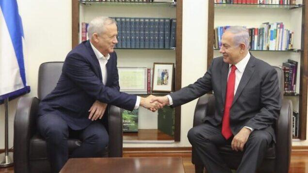رئيس حزب 'أزرق أبيض'، بيني غانتس (يسار)، ورئيس الوزراء بنيامين نتنياهو يلتقيان في مقر الجيش بتل أبيب، 27 أكتوبر، 2019. (Elad Malka)