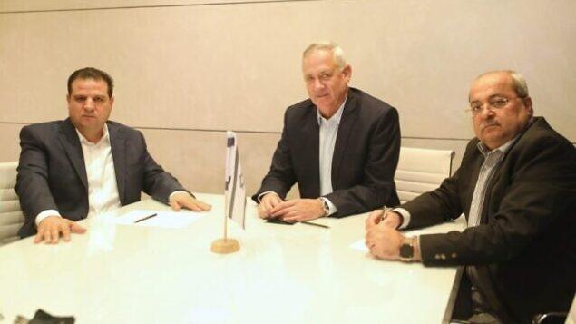 رئيس حزب 'أزرق أبيض'، بيني غانتس (وسط) يجتمع مع قائدي تحالف 'القائمة المشتركة'، أيمن عودة (يسار) وأحمد الطيبي، 31 أكتوبر، 2019.  (Ofek Avshalom)