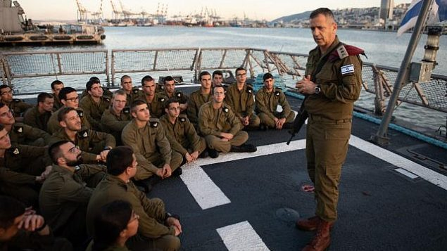 رئيس أركان الجيش الإسرائيلي، أفيف كوخافي، يتحدث مع جنود من البحرية الإسرائيلية على متن سفينة في ميناء حيفا خلال تمرين فجائي في 25 سبتمبر، 2019. (Israel Defense Forces)