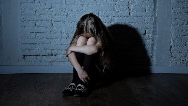 صورة توضيحية: ضحية تعنيف جنسي للأطفال (Sam Thomas/iStock)