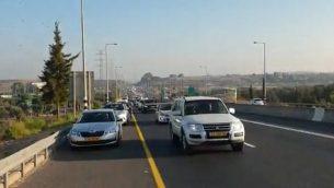 لقطة شاشة من مقطع فيديو لمركبات تشارك في قافلة احتجاجية ينظمها المواطنون العرب في إسرائيل لمطالبة الحكومة بالتحرك ضد العنف داخل المجتمع العربي، 10 أكتوبر، 2019. (Twitter)