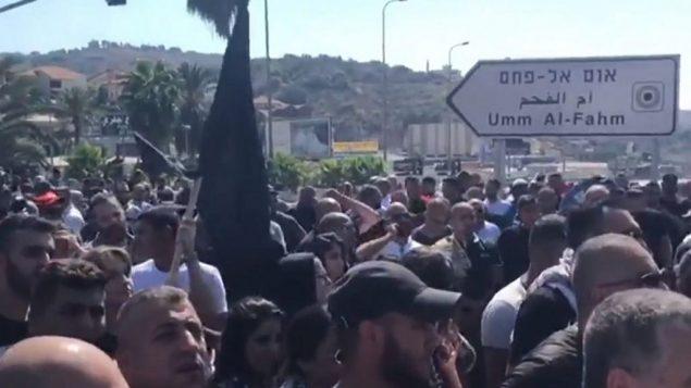 الاف العرب الإسرائيليون يتظاهرون ضد العنف في المدينة والتقاعس المفترض من قبل الحكومة والشرطة بخصوص المسألة، 4 اكتوبر 2019 (Screen grab via Channel 13)