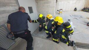 رجال إطفاء إسرائيليون يتدربون في أكاديمية إطفاء إسرائيلية، 5 نوفمبر، 2019 في ريشون لتسيون. (Credit: COGAT)