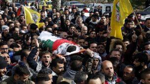فلسطينيون يشاركون في جنازة حمزة يوسف زماعرة في مدينة حلحول بالضفة الغربية، 17 فبراير، 2018.  (AFP Photo/Hazem Bader)