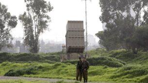 صورة توضيحية: جنود إسرائيليون يقفون بالقرب من بطارية لمنظومة 'القبة الحديدية' للدفاع الصاروخي، تم نشرها في تل أبيب في 24 يناير، 2019.  (Menahem KAHANA / AFP)