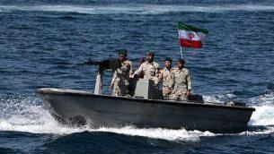 في هذه الصورة التي التقطت في 30 أبريل 2019، يركب أفراد الجيش الإيراني قارب دورية أثناء مشاركتهم في 'اليوم الوطني للخليج الفارسي' في مضيق هرمز (ATTA KENARE / AFP)