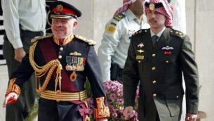 الملك الأردني عبد الله الثاني وولي العهد حسين (يمين) يصلان الى الجلسة الافتتاحية للبرلمان في العاصمة الأردنية عمان، 10 نوفمبر، 2019. (Khalil MAZRAAWI / AFP)