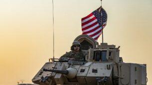 جندي أمريكي يجلس فوق مدرعة في بلدة تل تمر في محافظة الحسكة شمال شرق سوريا على الحدود مع تركيا   November 10, 2019. Photo by Delil SOULEIMAN / AFP