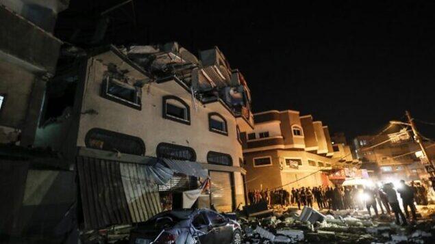 فلسطينيون يتفقدون منزل زعيم الجهاد الإسلامي بهاء أبو العطا المدمر، بعد هجوم إسرائيلي على مدينة غزة، 12 نوفمبر 2019. (MAHMUD HAMS / AFP)