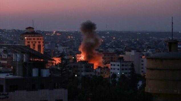 الدخان يتصاعد بعد هجوم إسرائيلي على مدينة غزة، 12 نوفمبر 2019. (BASHAR TALEB/AFP)