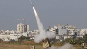 صاروخ إسرائيلي من نظام القبة الحديدية للدفاع الصاروخي، المصمم لاعتراض وتدمير الصواريخ ذات المدى القصير وقذائف المدفعية، يطلق في مدينة أشدود جنوب إسرائيل، 12 نوفمبر 2019، لاعتراض صواريخ اطلقت من قطاع غزة الفلسطيني القريب (Jack GUEZ / AFP)