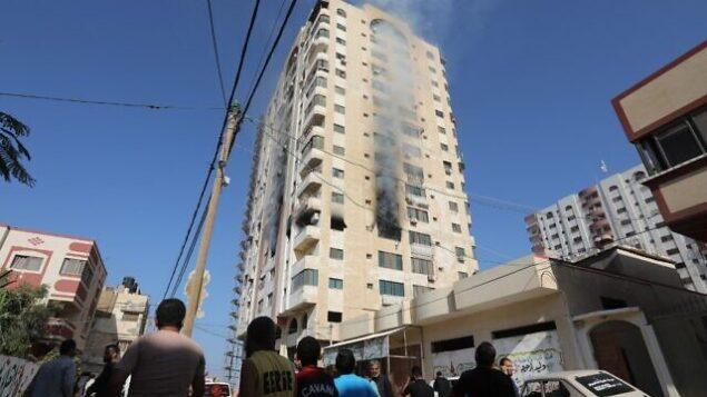 الدخان يتصاعد من مبنى في مدينة غزة في 12 نوفمبر، 2019، بعد أن أسفرت غارة جوية إسرائيلية عن مقتل قيادي في حركة 'الجهاد الإسلامي' ورد عليها الفلسطينيون في القطاع بهجمات صاروخية. (MAHMUD HAMS / AFP)