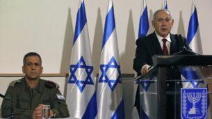 رئيس الوزراء بنيامين نتنياهو (يمين) ورئيس الأركان الإسرائيلي أفيف كوخافي خلال مؤتمر صحافي في وزارة الدفاع بتل أبيب، 12 نوفمبر، 2019. (GIL COHEN-MAGEN / AFP)