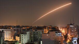 صاروخ إسرائيلي تم إطلاقه من نظام القبة الحديدية للدفاع الصاروخي، المصمم لاعتراض وتدمير الصواريخ ذات المدى القصير وقذائف المدفعية، فوق مدينة غزة، 12 نوفمبر 2019. (BASHAR TALEB / AFP)
