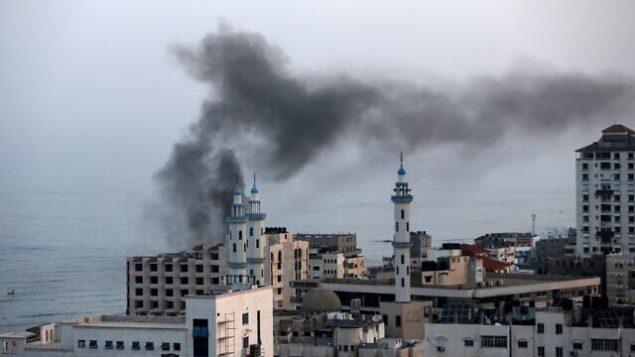 الدخان يتصاعد بعد غارة جوية إسرائيلية في مدينة غزة، 13 نوفمبر، 2019.  (MAHMUD HAMS / AFP)