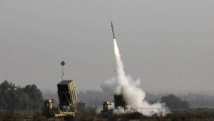 صاروخ إسرائيلي تم إطلاقه من منظومة الدفاع الصاروخي 'القبة الحديدية'، المصممة لاعتراض وتدمير الصواريخ قصيرة المدى وقذائف الهاون، في مدينة سديروت جنوب إسرائيل، 12 نوفمبر، 2019. (MENAHEM KAHANA / AFP)