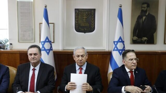 رئيس الوزراء بنيامين نتنياهو يجلس الى جانب وزير خارجيته، يسرائيل كاتس، وسكرتير الحكومة، تساحي برافرمان، خلال ترأسه لجلسة للمجلس الوزاري في القدس، 13 نوفمبر، 2019. (RONEN ZVULUN / POOL / AFP)