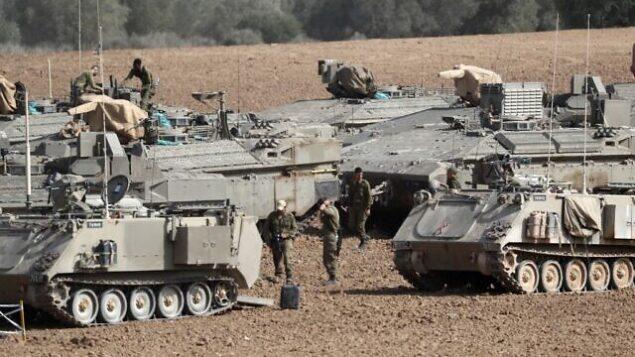 دبابات إسرائيلية متمتركزة بالقرب من الحدود مع قطاع غزة، 13 نوفمبر، 2019.   (EMMANUEL DUNAND / AFP)