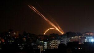 توضيحية: إطلاق صواريخ من قطاع غزة تجاه إسرائيل، 13 نوفمبر، 2019.   (Anas Baba/AFP)