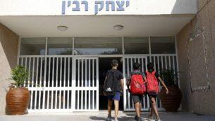 تلاميذ إسرائيليون يدخلون مدرسة في مدينة نتيفوت جنوب إسرائيل، 14 نوفمبر 2019. (Ahmad Gharabli/AFP)
