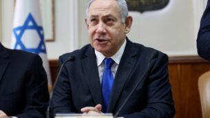 رئيس الوزراء الإسرائيلي بنيامين نتنياهو في مستهل الجلسة الأسبوعية للحكومة في مكتبه بالقدس، 17 نوفمبر، 2019. (GALI TIBBON / POOL / AFP)