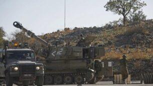 مدافع هاوتزر إسرائيلية ذاتية الدفع من طراز M109  بالقرب من الحدود مع سوريا في الجانب الإسرائيلي من هضبة الجولان، 19 نوفمبر، 2019، بعد أن اعترضت الدفاعات الجوية الإسرائيلية أربعة صواريخ تم إطلاقها من الجارة سوريا.  (JALAA MAREY / AFP)