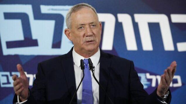 رئيس حزب 'أزرق أبيض' بيني غانتس يتحدث خلال مؤتمر صحفي في تل أبيب، 20 نوفمبر، 2019. (Jack Guez/AFP)