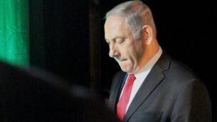 من الأرشيف: في هذه الصورة التي تم التقاطها في 14 فبراير، 2014، رئيس الوزراء بنيامين نتنياهو يغادر مؤتمر 'عالم موني' في تل أبيب. (JACK GUEZ / AFP)