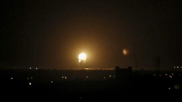 كرة من النار في أعقاب غارة جوية إسرائيلية في خان يونس بجنوب قطاع غزة، فجر 27 نوفمبر، 2019.  (SAID KHATIB / AFP)