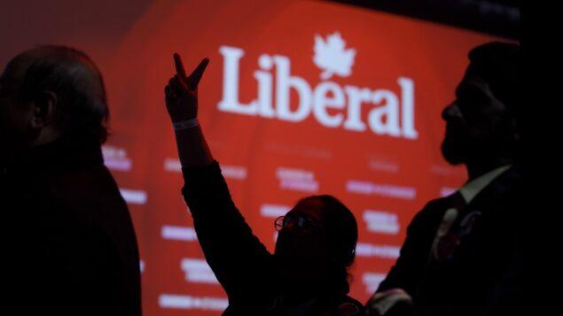 أنصار الحزب الليبرالي وهم يتابعون النتائج في مقر ليلة الانتخابات لرئيس الوزراء الكندي جاستين ترودو، في 21 أكتوبر 2019، في مونتريال ، كندا. (Cole Burston/Getty Images/AFP)