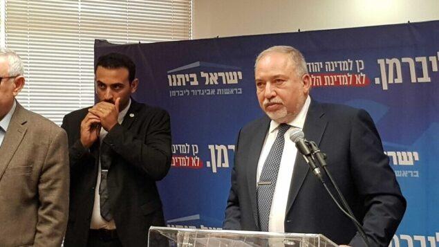 رئيس حزب 'يسرائيل بيتنو'، أفيغدور ليبرمان، يتحدث خلال جلسة لكتلة الحزب في الكنيست، 20 نوفمبر، 2019. (Raoul Wootliff/Times of Israel)
