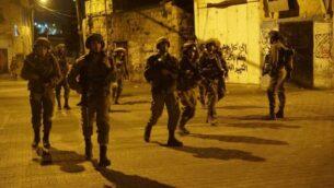 صورة توضيحية: جنود اسرائيليون خلال مداهمة في الضفة الغربية (Israel Defense Forces)