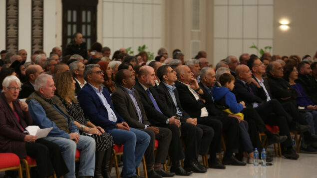 مئات النشطاء الإسرائيليين يشاركون في حدث في مقر رئاسة السلطة الفلسطينية في رام الله، 28 نوفمبر 2019. (Credit: Wafa)