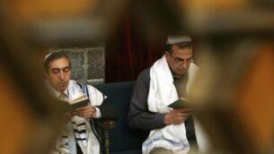 في هذه الصورة التي التقطت في 20 نيسان  2008، يحتفل اليهود السوريون بعيد الفصح العبري في كنيس الفرنج في وسط مدينة دمشق، سوريا. (AP Photo/Bassem Tellawi, File)